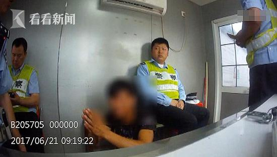 男子用假车本驾车被查 下跪狂扇自己40记耳光