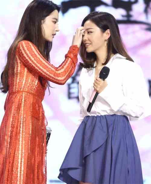 张靓颖现身《三生三世十里桃花》助阵闺蜜刘亦菲