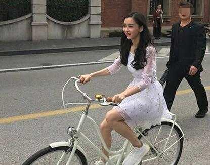 Baby穿白裙骑单车出行!青春靓丽似女大学生