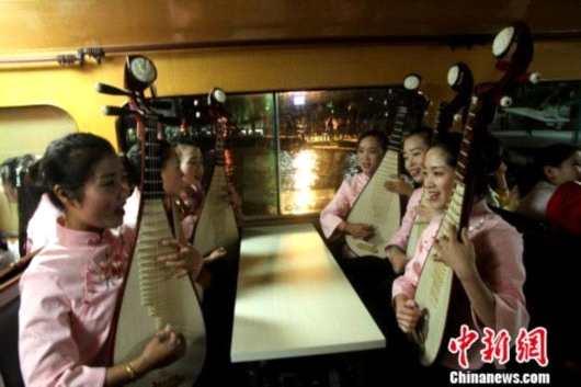 扬州弘扬非遗文化古运河举行水上拜月