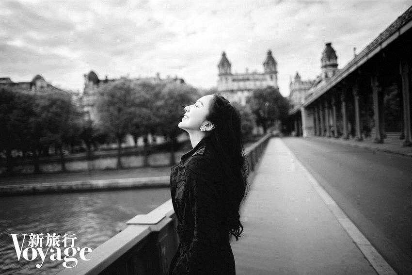 娄艺潇登杂志封面 展现旅途中的优雅浪漫