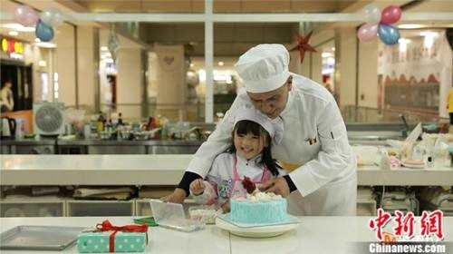 《宝贝的新朋友》姚安濂为圆虫虫心愿 亲自带娃做蛋糕