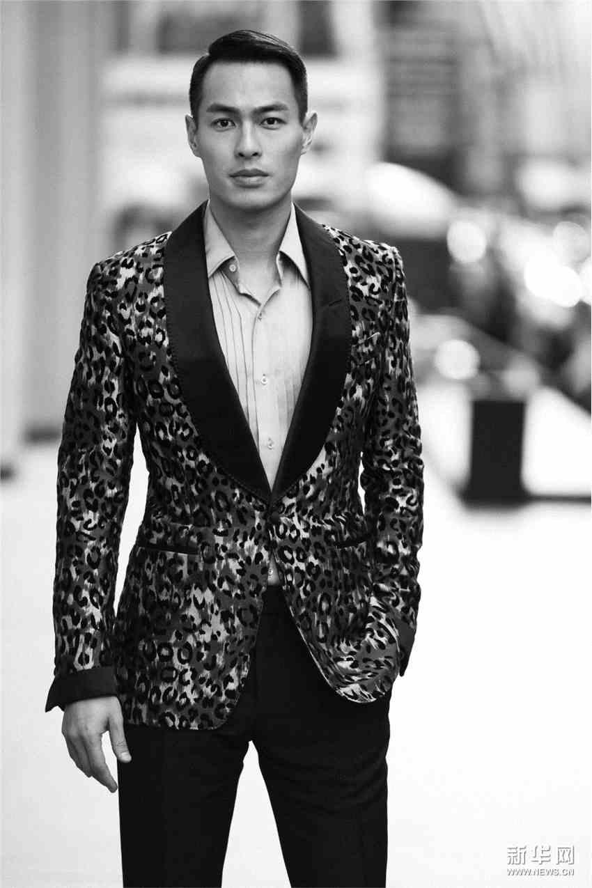 杨佑宁现身Tom Ford女装秀秀场 豹纹外套华丽