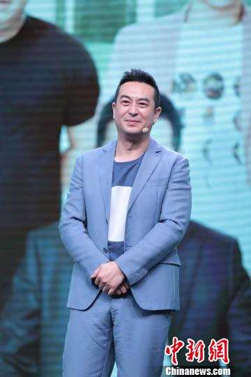 """张嘉译在剧中呈现了一段充满笑与泪的""""中年人成长史""""。 康玉湛 摄"""