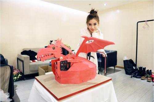 Angelababy收似机器人翻糖蛋糕 网友:高级