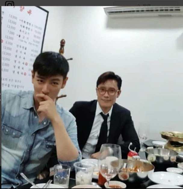 T.O.P与李秉宪聚餐合照 精神饱满状态好