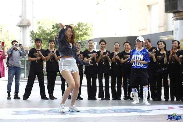 《这就是街舞》淡淡空降北京 与广场舞大妈花式斗舞