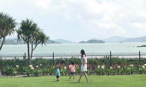李安琪携儿女漫步草坪 奥莉大凹造型机灵可爱
