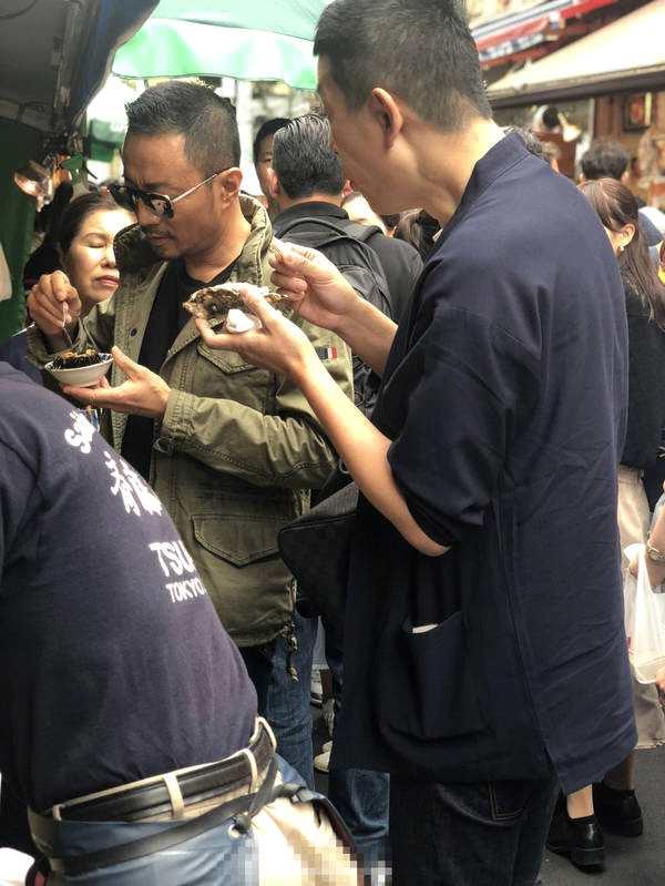 张涵予日本被偶遇 影帝街头吃美食遭粉丝围堵