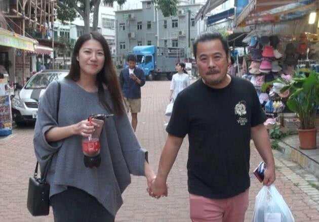 TVB当家花旦逛街只带一助理,还帮忙撑伞不耍大牌