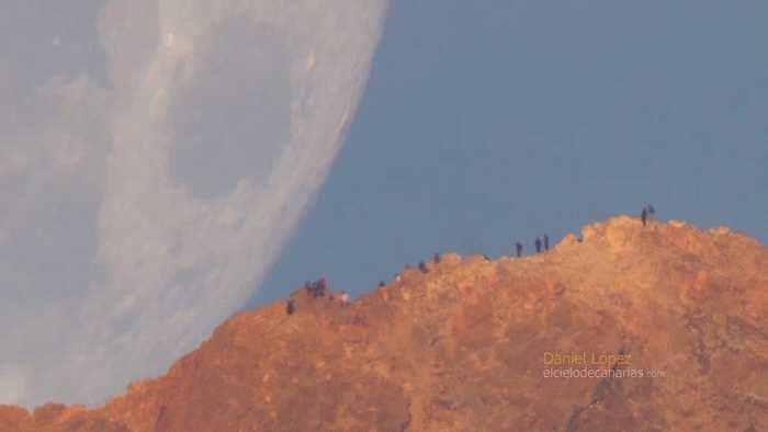 NASA发布影片:巨大月亮快速接近山脊 就像是从天上掉下来