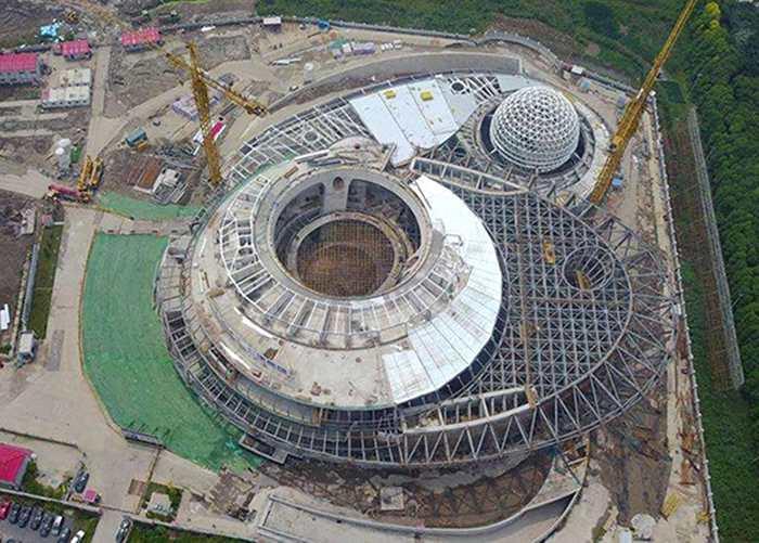 上海天文馆的螺旋带状物延至顶部,围绕整个建筑。