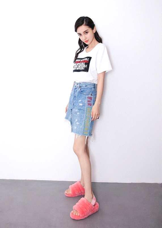 杨颖最新街拍腿玩年 甜笑可人尽显青春活力