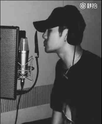 王嘉尔深夜晒录歌视频 只有画面没声音引粉丝期待
