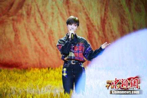 李宇春演唱《和你一样》。央视供图