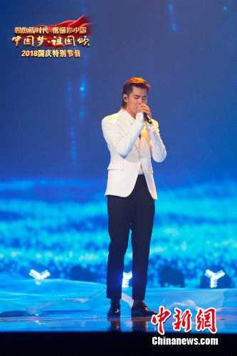 吴亦凡演唱《时间的远方》。央视供图