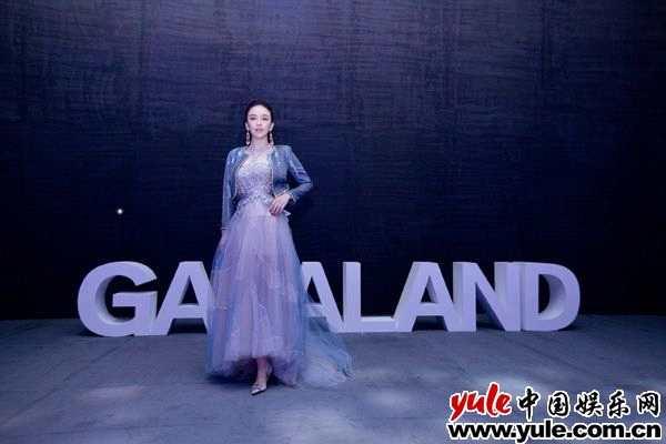 吕佳容气场升级!蓝色透视裙亮相上海时装周