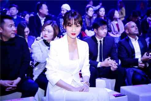 李昕岳出席时尚品牌大秀 简约风格诠释摩登时尚