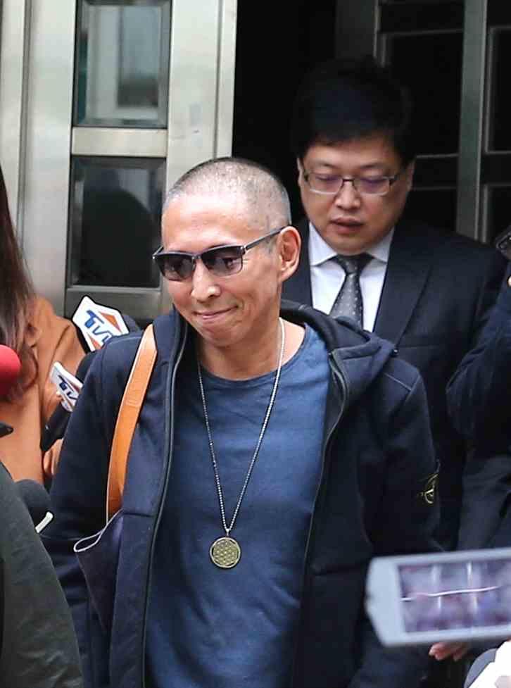 钮承泽涉嫌性侵二次受审 抿嘴似露微笑鞠躬致意媒体