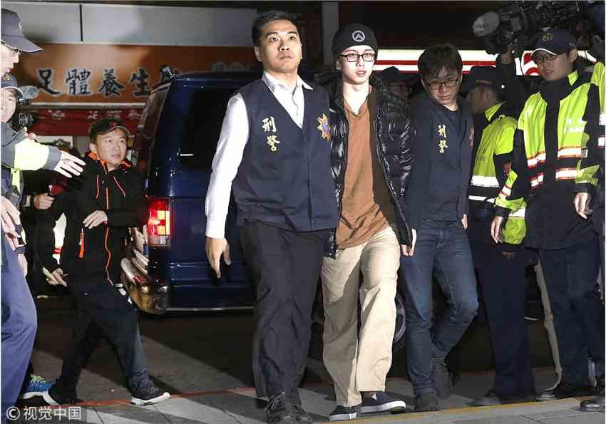 孙安佐美国涉恐关押260天后抵台 狄莺和孙鹏面容憔悴被围堵
