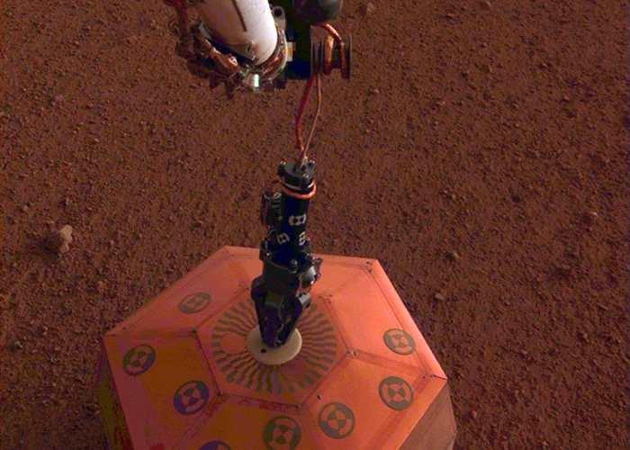 洞察号成功安装地震仪 火星快车拍下震撼