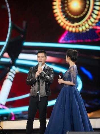 浙江卫视跨年晚会贾乃亮独自现身 去年他还和李小璐同台献唱