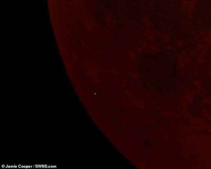 月全食巧逢陨石撞击月球