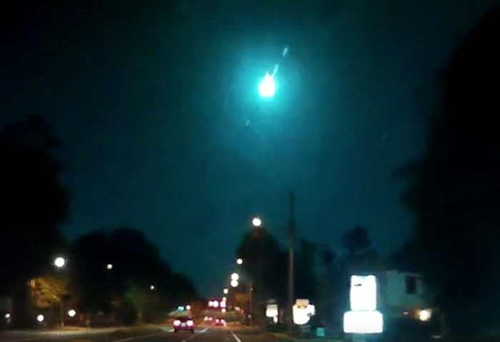 一颗巨大流星把美国佛罗里达州天空染成绿色