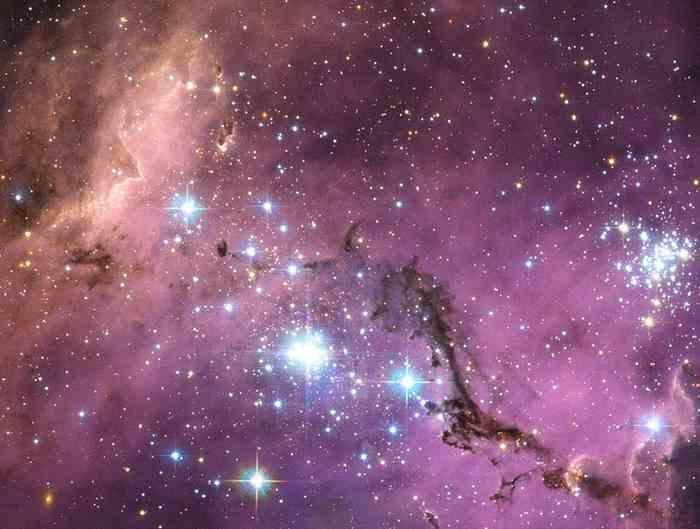 大麦哲伦星云(Large Magellanic Cloud)是银河系的卫星星系,在距离地球将近20万光年之外围绕着我们的银河系打转。 当银河系的重力轻轻地拉动大