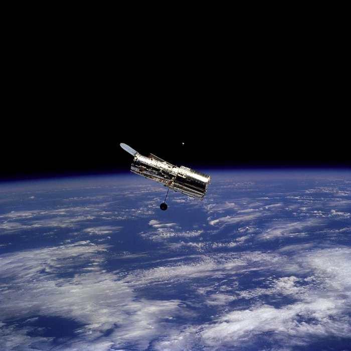 1997年2月,发现号航天飞机上的航天员在与轨道上的望远镜分开后,拍摄了这张哈勃太空望远镜的照片。 PHOTOGRAPH BY NASA