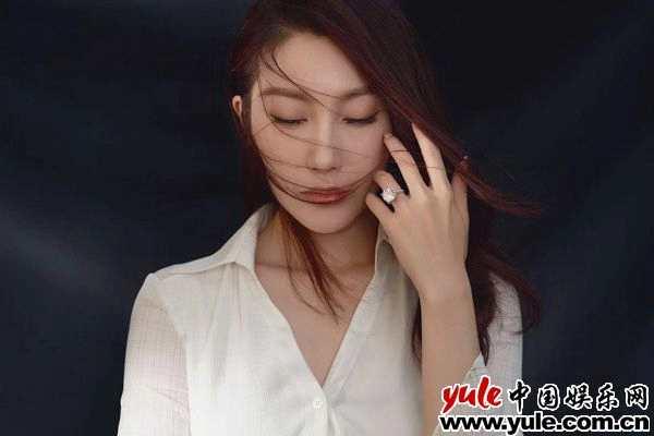 殷旭七夕秀钻戒美照  模范夫妻羡煞网友