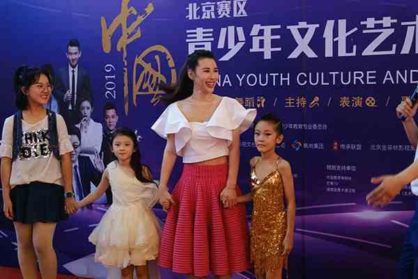 演员张宁益担任青少年文化艺术嘉年华总决赛评委