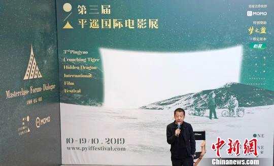 贾樟柯向媒体介绍第三届平遥国际电影展亮点。 胡健 摄