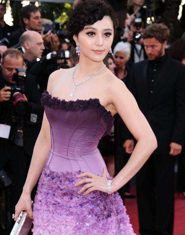 38岁范冰冰与40岁秋瓷炫比美,同穿紫色礼服,生过孩子就是不一样