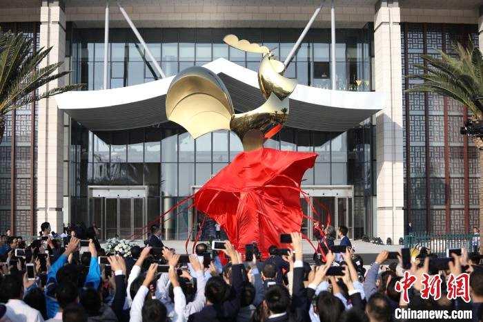 金鸡雕塑在厦门揭幕 有望成为新晋打卡地