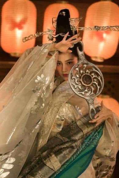 """本以为杨颖的""""飞天妆""""够美了,看到佟丽娅,才知啥叫人外有人"""