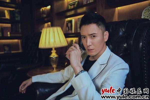 韩栋白色西装犹如俊逸王子 绅士优雅展帅气型格