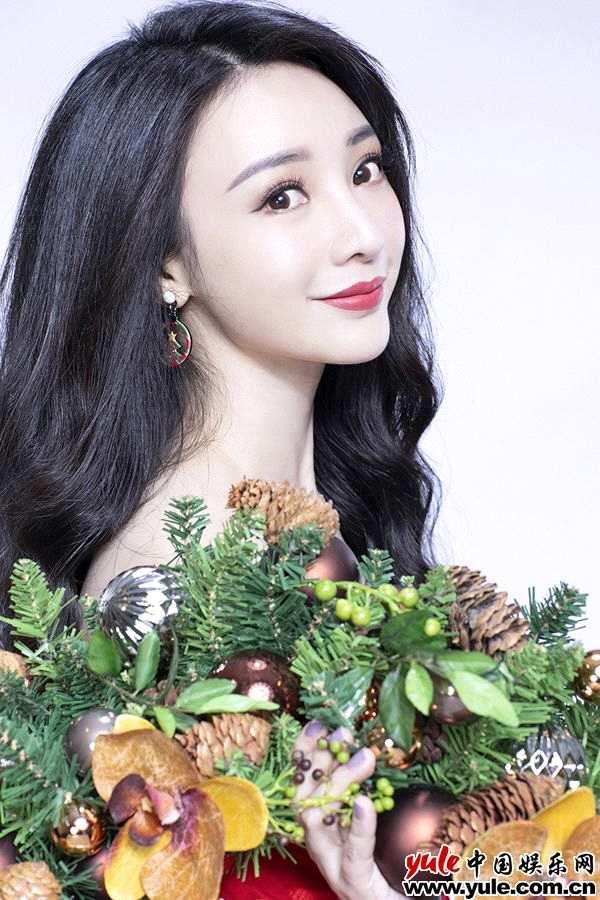 组图:柳岩圣诞写真娇艳红裙秀香肩玉臂  活泼灵动妩媚性感