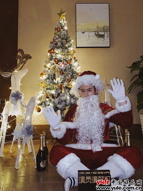 张哲瀚cos圣诞老人 平安夜发博送福利