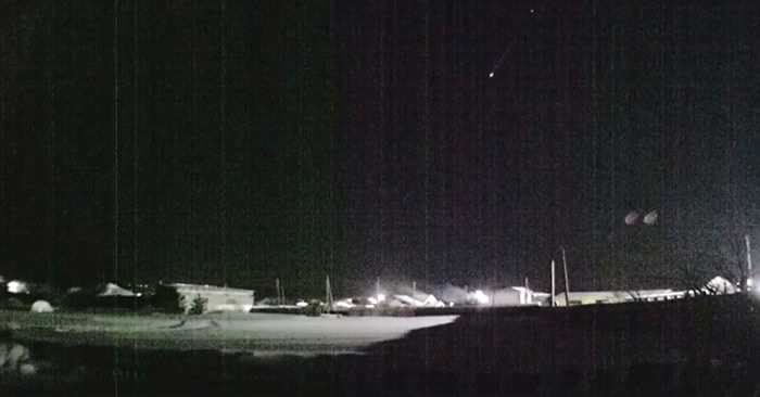 流星在乌拉尔居民区上空高速飞过发出耀眼闪光