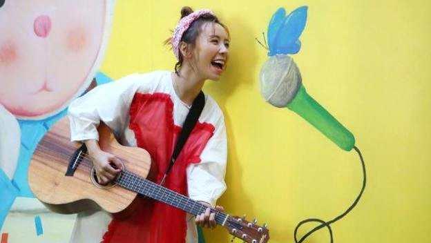和李宇春同届,长相甜美一曲成名,30岁的黄雅