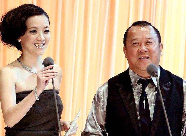 消失4年曾宝仪现身,和男友甜蜜约会,曾志伟说不反对她不婚不育