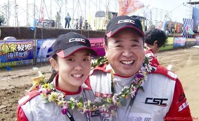 王曉曦妻子是誰 相貌平平的演員與年輕貌美女賽車手的愛情