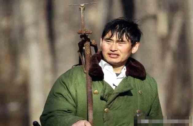 大衣哥被大铁锤砸中,目前伤势不明,众网友祈祷平安