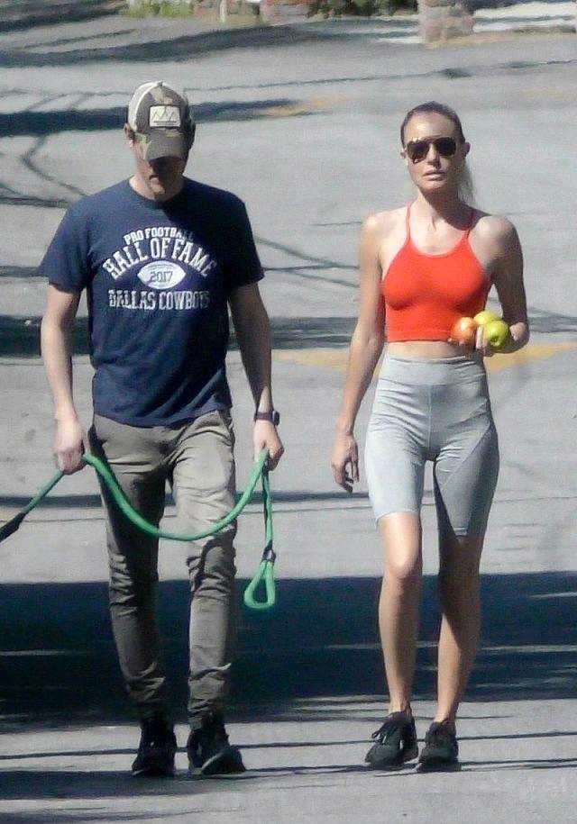 凯特·波茨沃斯穿橘色背心搭灰色短裤,和老公街头撒狗粮,真般配