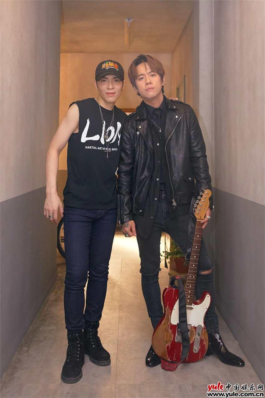 「金曲歌王」萧敬腾为狮子MV再度担纲导演,摇滚舞曲《寂寞逃跑》脑洞大开!