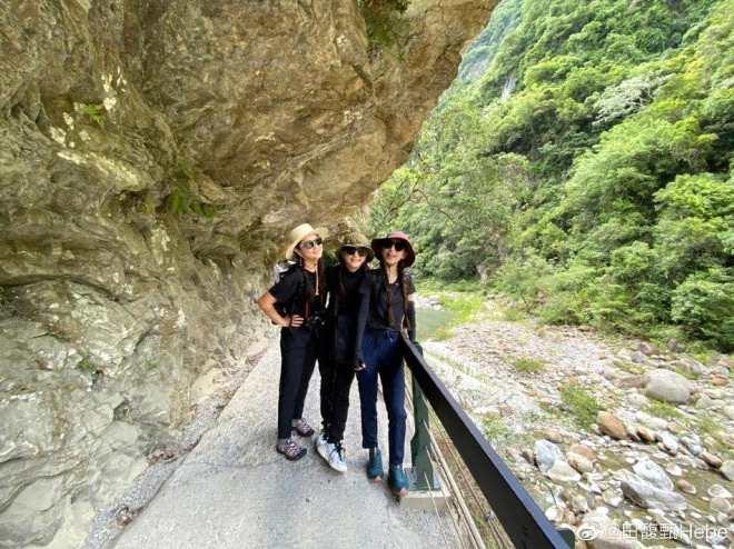 《【杏鑫平台怎么注册】姐妹们的旅行!SHE相约爬山 全员梳俏皮麻花辫》