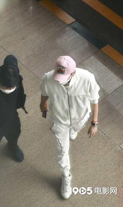 《【杏鑫测速注册】黄子韬父亲去世后首度现身 身穿简洁白衣超低调》