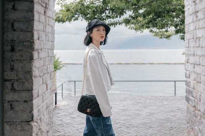 """周迅最新""""秋游""""大片曝光 穿白色皮衣海边散步"""