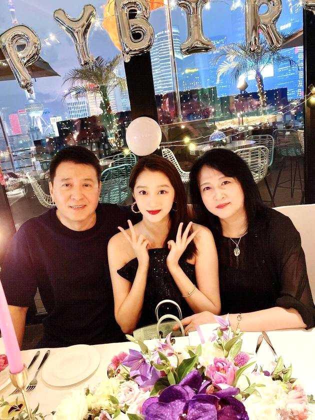 关晓彤23岁生日 关爸:希望她做德艺双馨的好演
